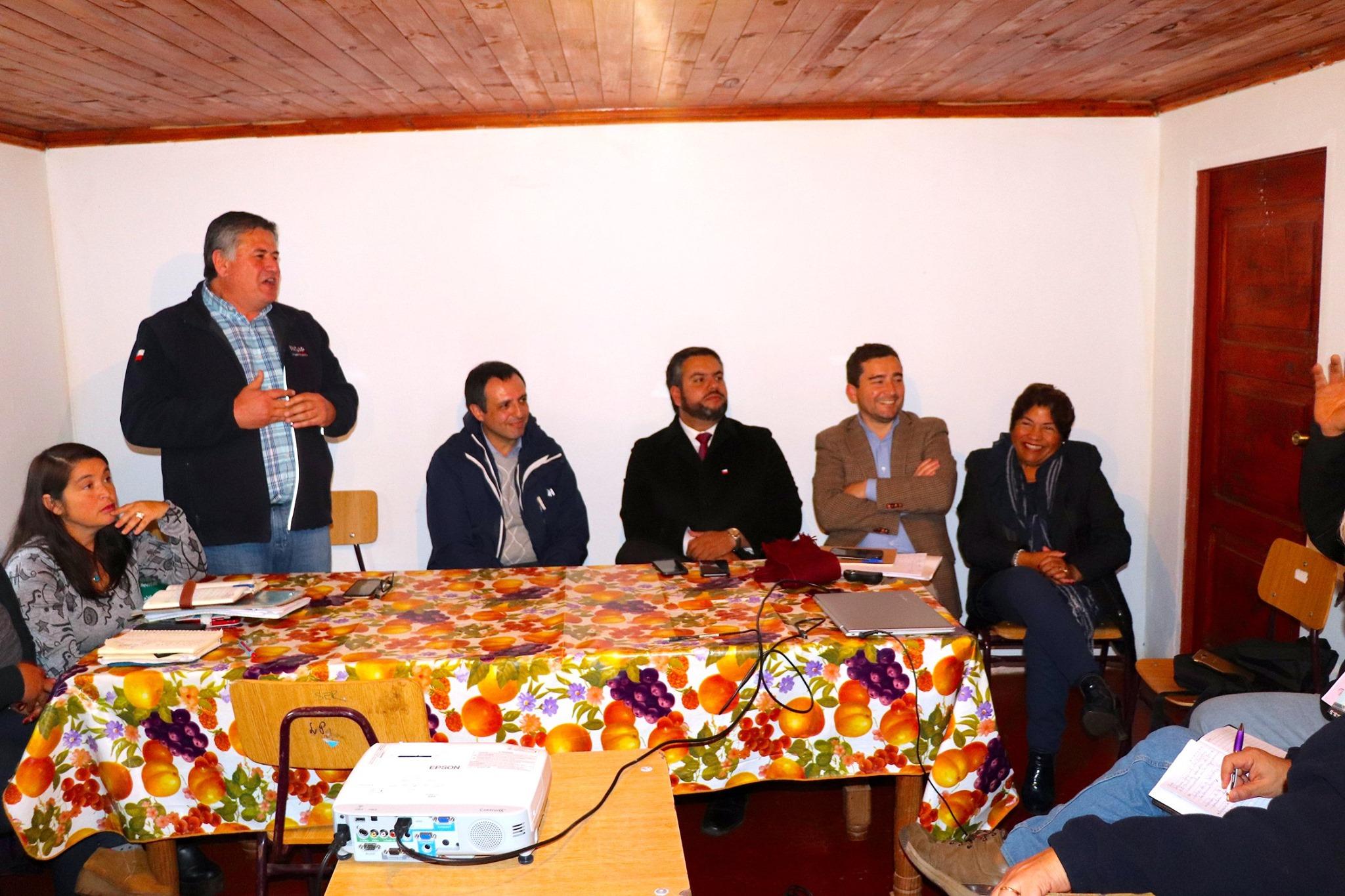 PROVECHOSA REUNION ENTRE AUTORIDADES Y ASOCIACION GREMIAL DE AGRICULTORES DE PELLUHUE y ALREDEDORES.