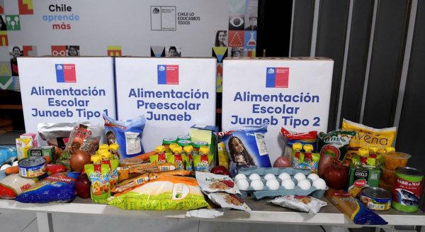 ESTUDIANTES DE LA COMUNA PELLUHUE RECIBEN RACIONES ALIMENTICIAS.