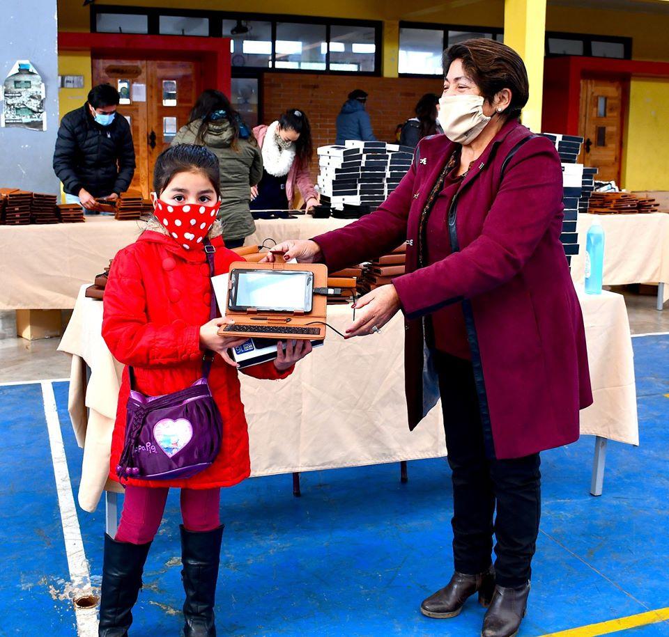 ALCALDESA CONTINÚA CON LA ENTREGA DE TABLETS A ESTUDIANTES DE PRIMER CICLO BÁSICO.